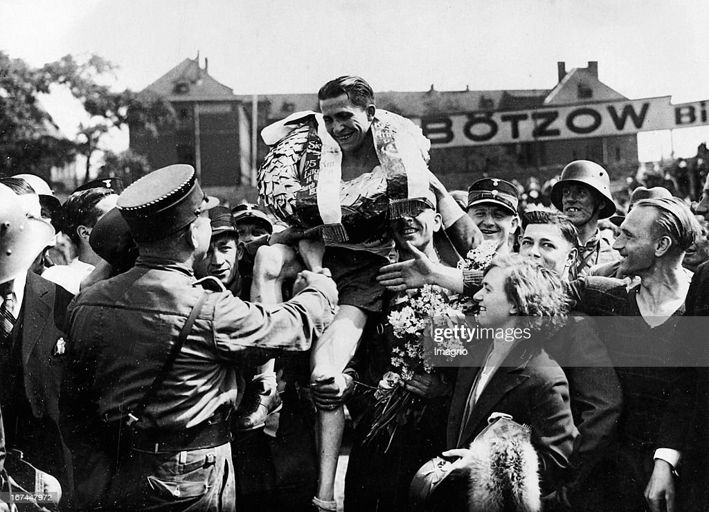 Winner of the 14th run CROSS BERLIN (more than 25 km): Otto Kohn (PSV Berlin). About 1935. Photograph. (Photo by Imagno/Getty Images) Sieger des zum 14. Mal ausgetragenen Laufs Quer durch Berlin über 25 km: Otto Kohn (PSV Berlin). Um 1935. Photographie.