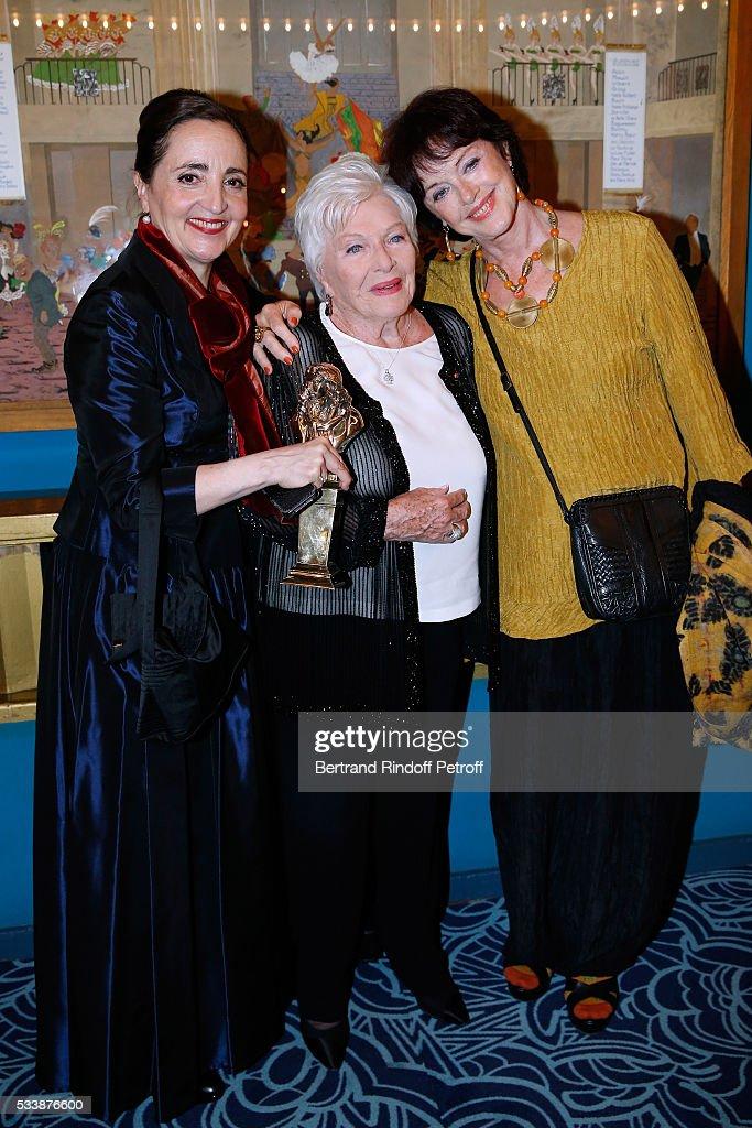 Winner of the 'Moliere de la comedienne dans un spectacle de Theatre public' for 'Les Liansons Dangereuses', actress Dominique Blanc, Line Renaud and Anny Duperey attend 'La 28eme Nuit des Molieres' on May 23, 2016 in Paris, France.