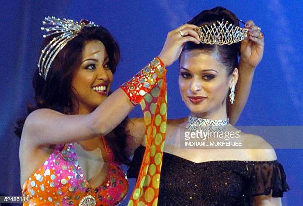 Winner of the Pond's Femina Miss India 2005 Universe Amrita Thapar is crowned by last year's winner Tanusree Dutta in Bombay 27 March 2005 Thapar...