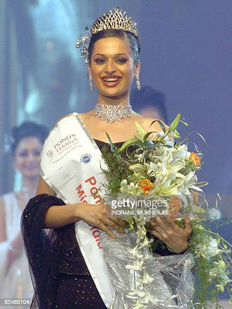 Winner of the Pond's Femina Miss India 2005 Universe Amrita Thapar walks doen the stage after her crowning in the beauty paegant in Bombay 27 March...