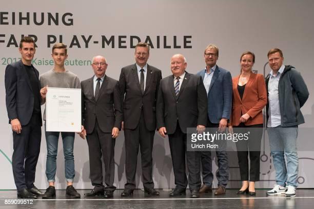 Winner Sebastian Rosenblatt and Peter Schmid from the national association Sudbaden with Miroslav Klose DFB President Rheinhard Grindel Inka...