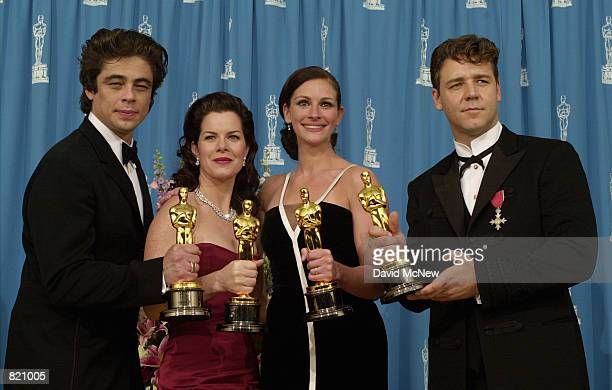 Winners Benicio Del Toro Marcia Gay Harden Julia Roberts and Russell Crowe pose with their awards backstage during the 73rd Annual Academy Awards...