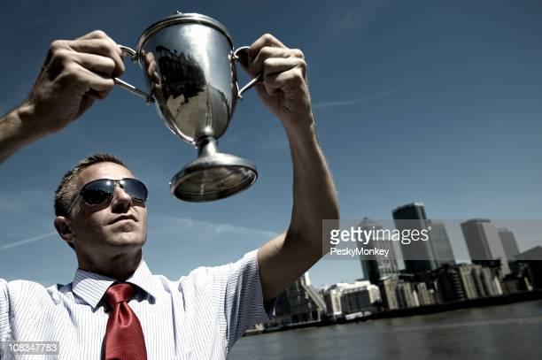 Empresario galardonado retención trofeo de plata sobre horizonte