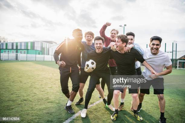 winning football team cheering - sport di squadra foto e immagini stock