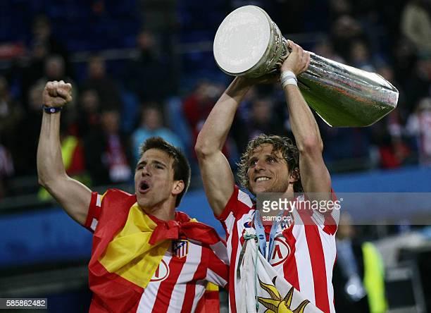 Winning goal scorer Diego Forlan of Atletico lifts the trophy with Ignacio Camacho Europaleague Finale 2010 Atletico Madrid FC Fulham Football UEFA...