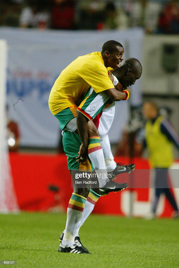 Winning goal scorer Papa Bouba Diop of Senegal is jumped on by a... Photo  d'actualité - Getty Images