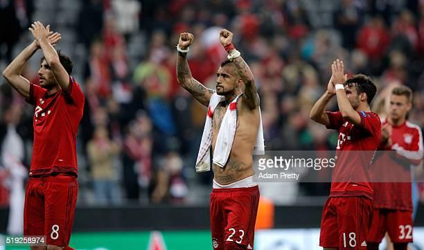 Winning goalscorer Arturo Vidal of Bayern Munich salutes the crowd with team mates after the UEFA Champions League quarter final first leg match...