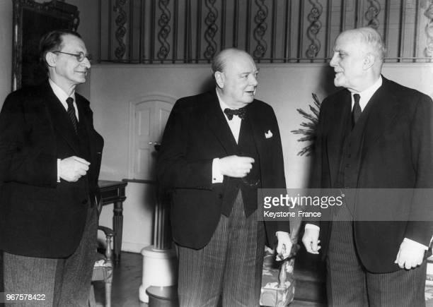 Winston Churchill au centre avec le Premier ministre italien Alcide de Gasperi à gauche et le comte Sforza dans le salon de la maison de Hyde Park à...