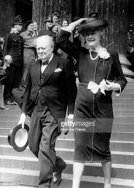 Winston Churchill avec sa femme Clementine Churchill quittant St Paul apres avoir assiste a la ceremonie de Thanksgiving le 13 mai 1945 a Londres...