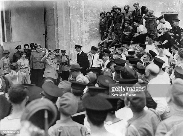Winston Churchill dans les ruines de la ville faisant le signe V de la victoire à ses marins à ses côtés sa fille Mary à Berlin Allemagne en 1945
