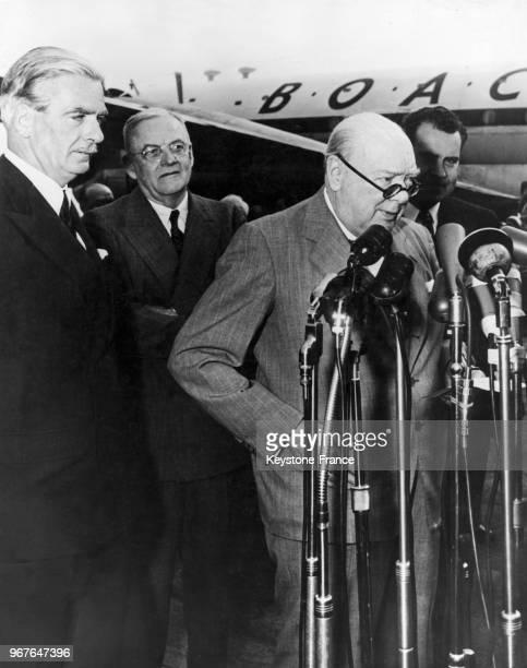 Winston Churchill devant les micros des journalistes à sa descente d'avion, sous les regards d'Anthony Eden, John Foster Dulles et le vice-président...