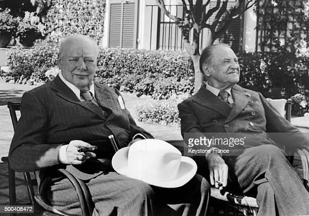 Winston Churchill en vacances a Roquebrune rend visite a l'ecrivain anglais William Somerset Maugham dans la villa de l'auteur le 3 avril 1959 a...