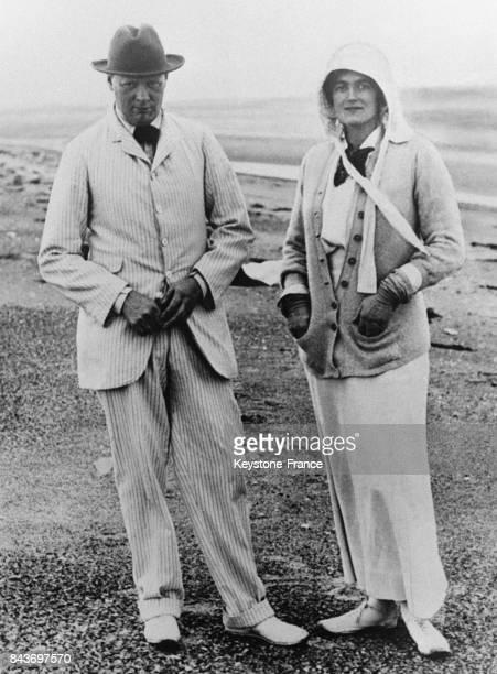 Winston Churchill et sa femme Clementine Churchill en vacances à Sandwich dans le Kent au RoyaumeUni