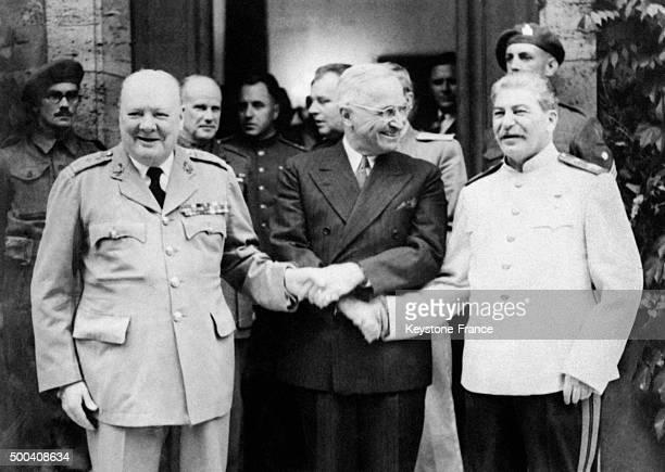 Winston Churchill le President Harry Truman et Joseph Staline se serrant la main a la sortie de la conference de Potsdam le 28 juillet 1945 a Potsdam...