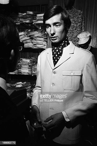 Winter 1965 Men Fashion In London En GrandeBretagne à Londres dans un magasin de mode du quartier de Carnaby un jeune homme en veste blanche et...