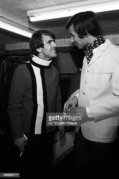 Winter 1965 Men Fashion In London En GrandeBretagne à Londres dans un magasin de mode du quartier de Carnaby des jeunes hommes font des essayages de...