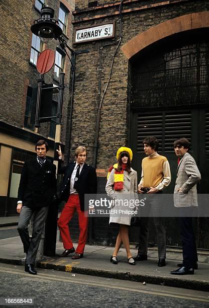 Winter 1965 Men Fashion In London En GrandeBretagne à Londres sur un trottoir dans la rue Carnaby quatre jeunes hommes en veste ou pull avec des...