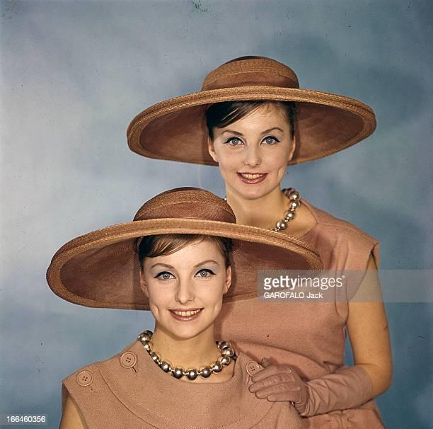 Twin Swedish Model Pia And Mia Paris février 1961 La mode présentée par les mannequins jumelles MIA et PIA robes de lainage sans manches capeline et...
