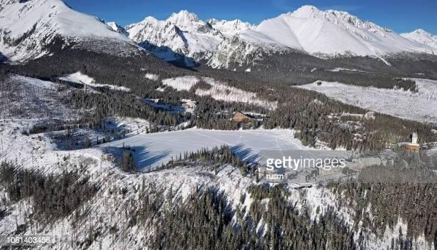 高タトラ山脈、スロバキアの山脈湖リゾートの冬のアンテナ - スロバキア ストックフォトと画像