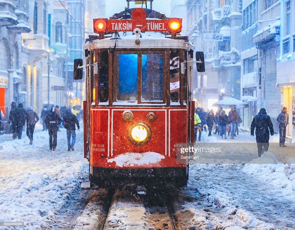 Winter and Red Tram in Istiklal Street, Beyoglu, Istanbul. : Stock-Foto