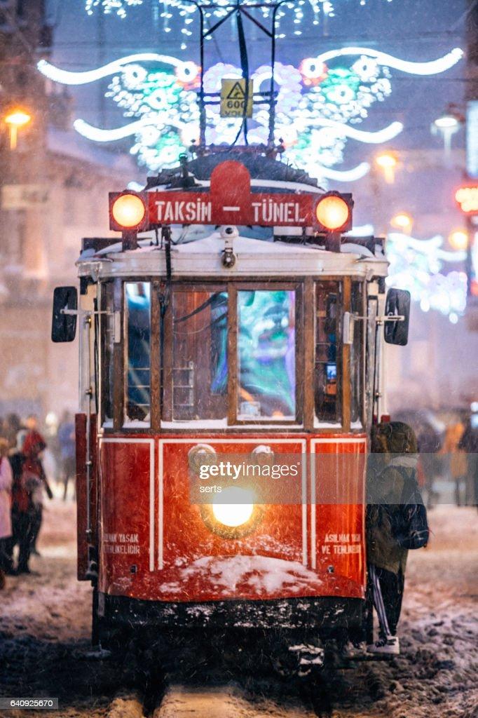 冬、イスティクラル通り、スルタンアフメット, イスタンブールの赤いトラム。 : ストックフォト