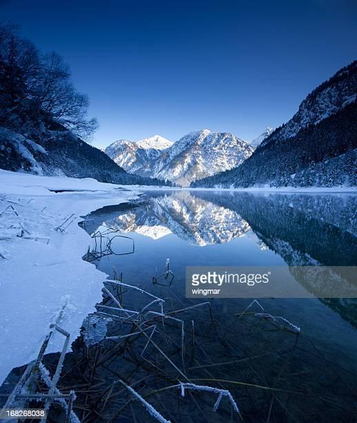 winter am see plansee in tirol – österreich - weitwinkel stock-fotos und bilder