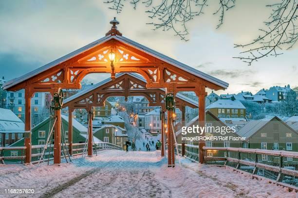 winter, bakklandet, historical bridge gamle bybro, trondheim, norway - トロンハイム ストックフォトと画像