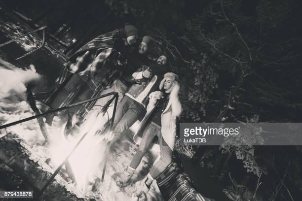 冬の森でのキャンプ