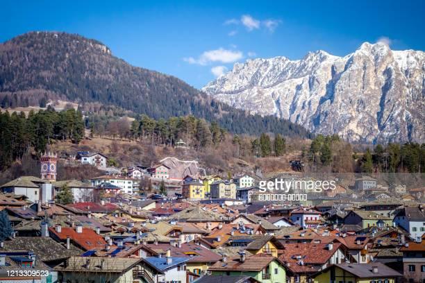 winter cityscape of cavalese, val di fiemme, trentino alto adige, italy, europe - トレンティーノ ストックフォトと画像