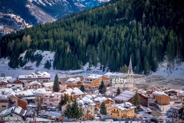 winter cityscape of ski resort arabba in dolomites mountains, italy - カナツェイ ストックフォトと画像