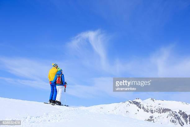 winter couple senior men and women snow skiers enjoying resting - vieilles fesses photos et images de collection