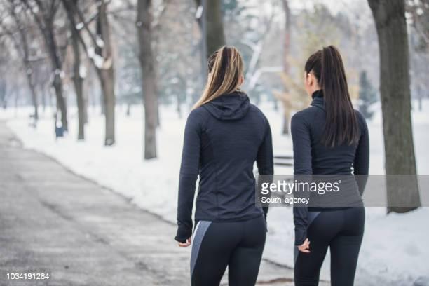 winter dag opleiding - wandelen lichaamsbeweging stockfoto's en -beelden