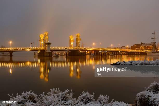 Winter's avonds uitzicht op de brug van de stad in Kampen in Overijssel, Nederland
