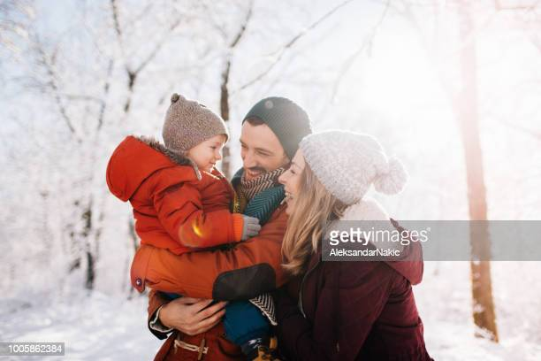 portrait d'hiver en famille - couple calin photos et images de collection