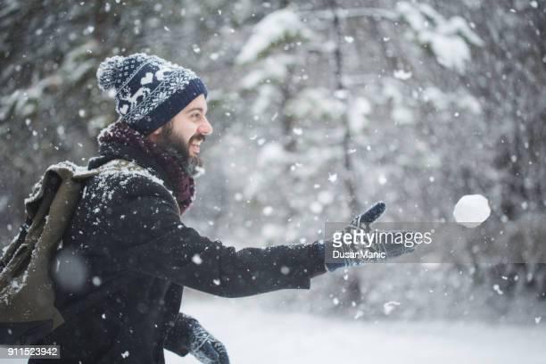winter spiel in schneebälle. außerhalb - dezember stock-fotos und bilder