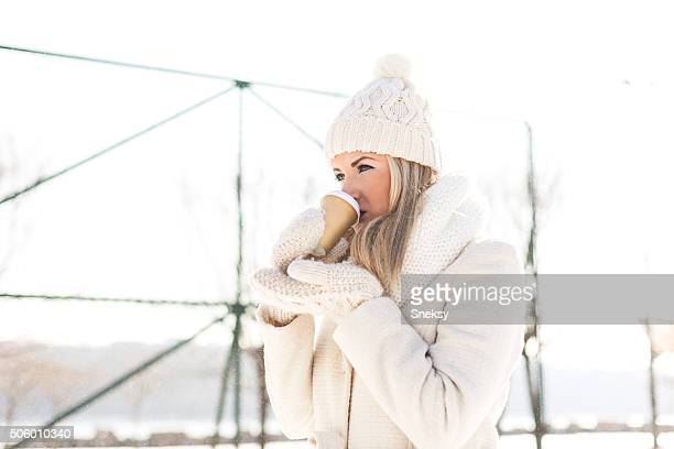 Winter Mädchen mit Kaffee