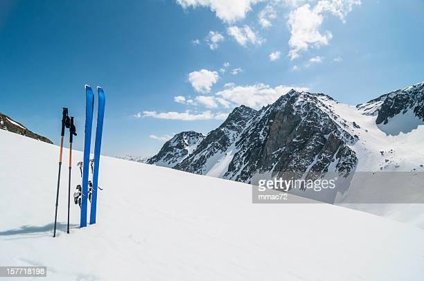 Paysage de montagne d'hiver avec ski