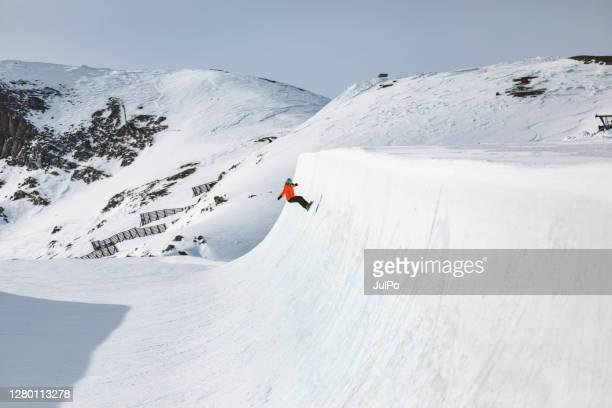 スキーリゾートの冬休み - ハーフパイプ ストックフォトと画像