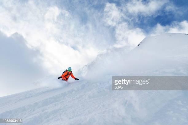 vacances d'hiver dans la station de ski - sport d'hiver photos et images de collection