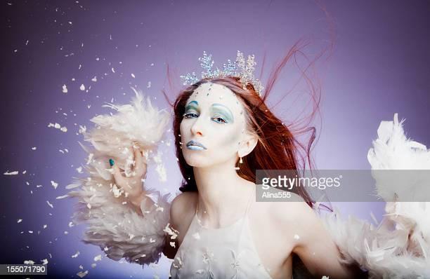 Hiver: ice queen avec plumes, des cristaux et de flocons de neige