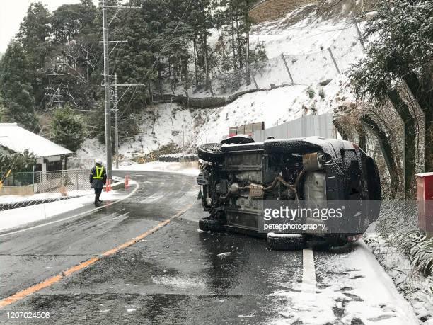 日本の冬の凍った道路事故 - 自動車事故 ストックフォトと画像