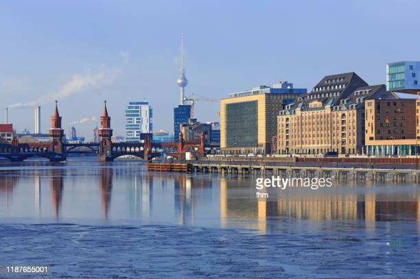 winter in berlin (district friedrichshain-kreuzberg, germany) - spree river stock pictures, royalty-free photos & images