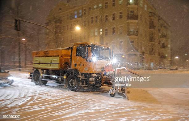 Winter in Berlin - Räumfahrzeug der Berliner Stadtreinigung auf der Wichertstrasse in Prenzlauer Berg