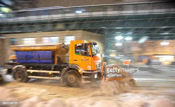 Winter in Berlin - Räumfahrzeug der Berliner Stadtreinigung auf der Schönhauser Allee in Prenzlauer Berg