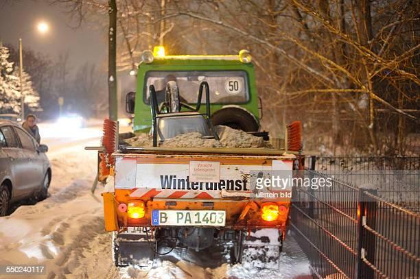 Winter in Berlin - Winterdienst beräumt die Gehwege in der Storkower Strasse