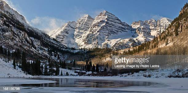 winter in the maroon bells, elk range, colorado. - maroon bells stock photos and pictures