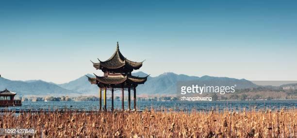 winter jixian pavilion of hangzhou west lake, china - paisajes de china fotografías e imágenes de stock