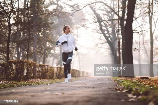jogging d'hiver - winter sport photos et images de collection