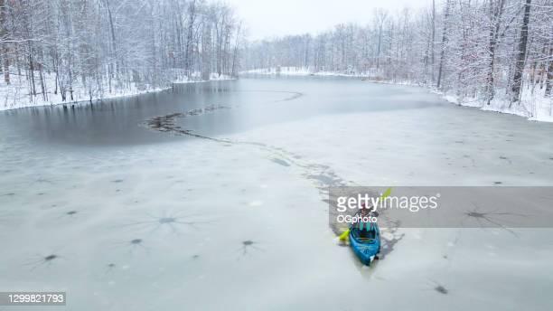 kayaker invernale - ogphoto foto e immagini stock