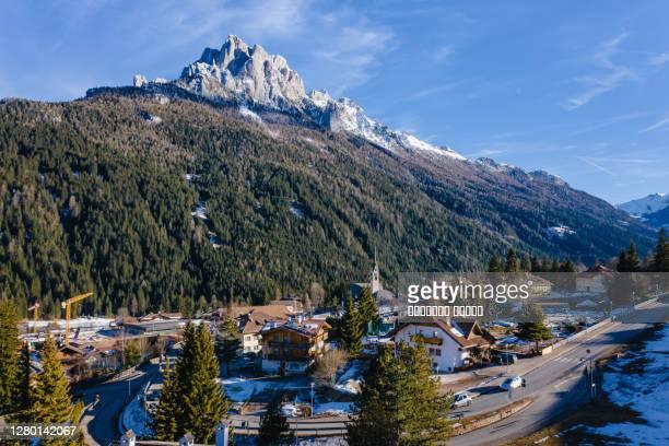 winter landscape of vigo di fassa, a commune in trentino at the northern italia. val di fassa, dolomiti - カナツェイ ストックフォトと画像